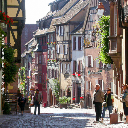 All that beautiful medieval houses were built by the local winegrowers 4 Centuries ago. Early in the morning is a pleasant time to discover Riquewihr because the streets are still peaceful